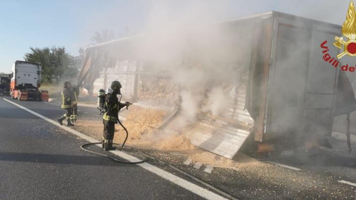 Camion in fiamme sull'A1 tra Pontecorvo e Ceprano, tre ore di lavoro per i pompieri