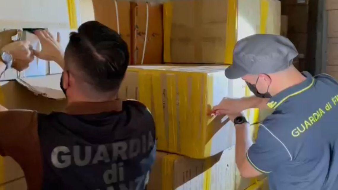 Sequestrati a Roma 6 milioni di pezzi tra mascherine e termometri illegali, denunciate 4 persone