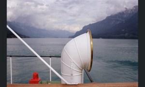 Teju Cole fotografa le alpi svizzere da un battello sul lago di Zurigo