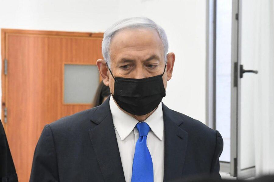Netanyahu in tribunale per il processo per corruzione, fuori l'aula protesta dei manifestanti contro 'Bibi'