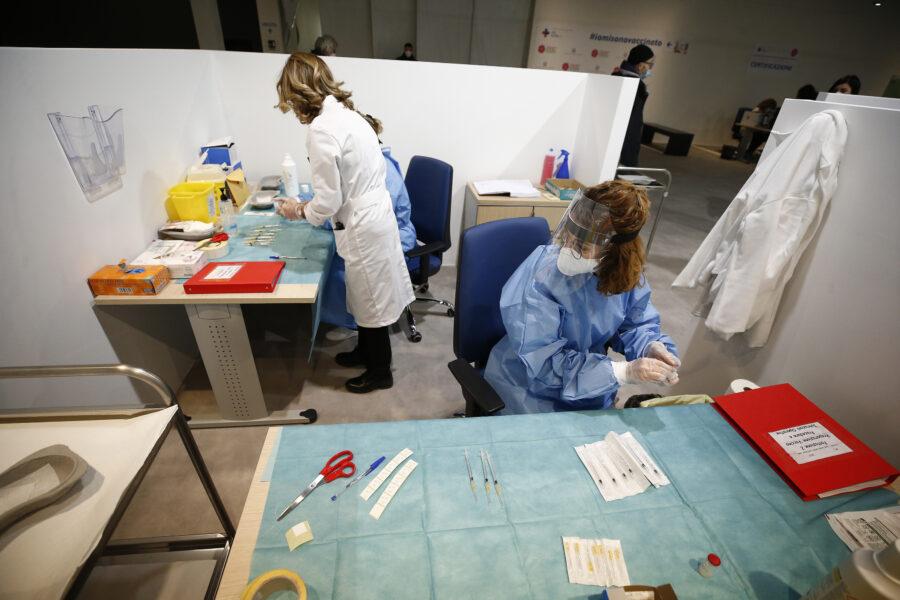 Tre giorni di vaccini 'Open Day' a Napoli: quasi 25mila dosi Pfizer dai 16 ai 59 anni