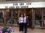 Ilse Stammberger und Miriam Langenbach warten auf die Vorstellung des Dior und ich Films