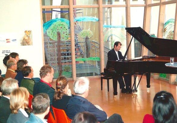 """Sohn Florian Krumpöck am Klavier bei der Buchpräsentation von """"Anton Faistauers militärische Nichtsnutzigkeit"""" in Maishofen"""