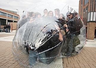 Oltre 100 ragazzi dentro un preservativo gigante, oggi 3 dicembre 2009 a Milano, per sensibilizzare l'opinione pubblica sul tema della lotta all'Aids: è l'iniziativa promossa dalla onlus Cesvi e dall'Università Iulm di Milano - Ansa