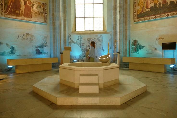 Line Horneland - Innimellom er lyden stille - Il Suono in Mostra 2019 - baptistery of the cathedral of Udine, Italy - Light Design Alessandra Zucchi - Photo Lara Carrer