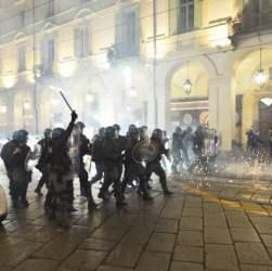 Cresce la tensione per il G7, nuovi scontri nella notte
