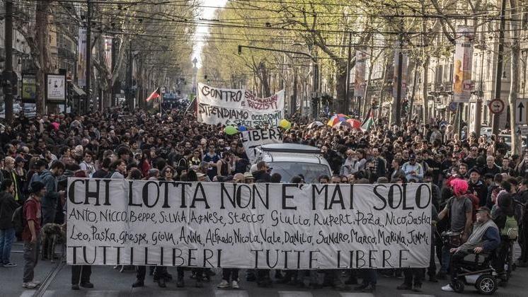 Blitz della Digos contro gli anarchici di Torino: il dibattito tra libertà e ordine