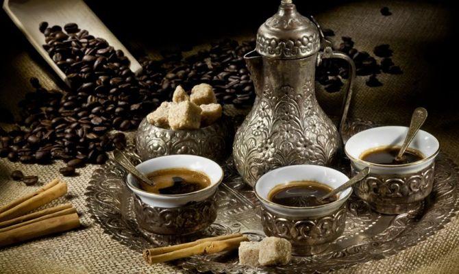 Pensare bevendo caffè: l'azione perfetta per l'emancipazione intellettuale