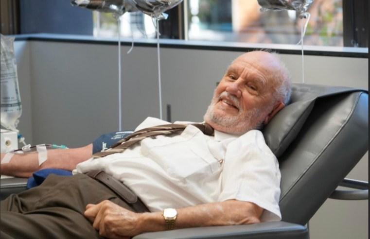 Un uomo ha donato il sangue per decenni per curare una malattia neonatale: ecco la sua storia