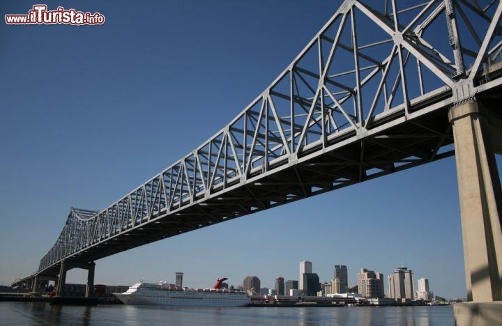 Il ponte sul fiume Mississippi New Orleans  crescente