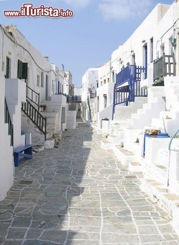 Via con le case bianche di calce nella Chora   Foto Folegandros