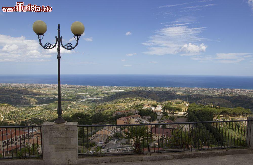 Terrazza panoramica nel borgo di Gerace Calabria   Foto Gerace