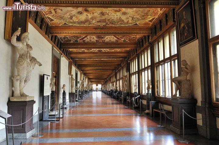 Corridoio est allinterno della Galleria   Foto Firenze Galleria degli Uffizi