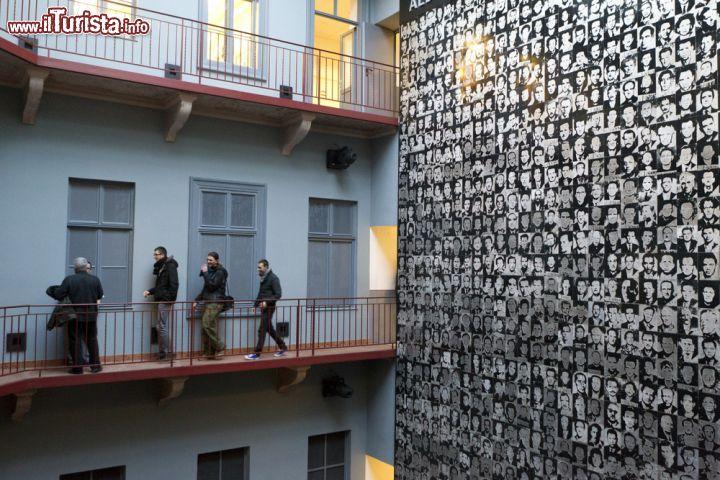 Per non dimenticare Visitatori allinterno   Foto Budapest Casa del Terrore