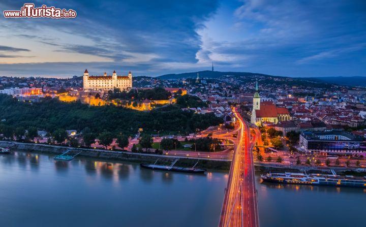 La notte scende su Bratislava capitale della   Foto Bratislava Castello
