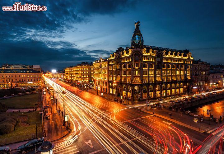 Casa Zinger fotografata di sera lungo Prospettiva Nevskij   Foto San Pietroburgo
