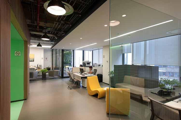 Una oficina moderna muestra su nuevo diseo e iluminacin