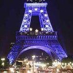 La Torre Eiffel iluminada de azul