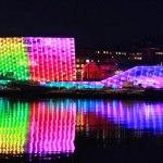 40,000 LEDs iluminan la fachada de cristal del museo Ars Electrónica Center