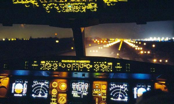 Las operaciones nocturnas de aterrizaje en aeropuertos civiles requieren de sistemas de iluminación especializados durante su aproximación y descenso hacia las pistas. Foto: Experto en Luminarios ©