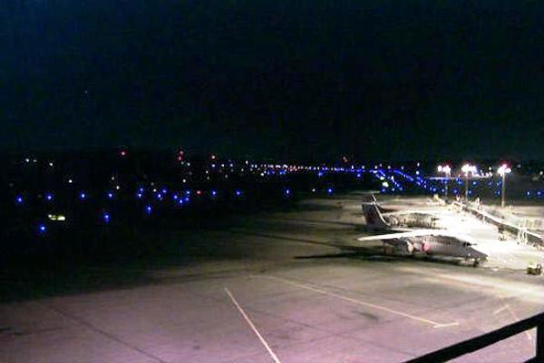Los movimientos de las aeronaves comerciales hacia las terminales de pasajeros o hangares de mantenimiento en aeropuertos civiles requieren de una adecuada iluminación de las pistas de rodaje durante las operaciones nocturnas. Foto: Experto en Luminarios ©