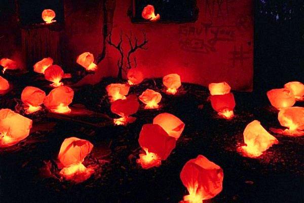 Nuestra intervención, Lluvia de bombas de luz, fue llevada a cabo con básicas bolsas de plástico a las que nos limitamos a dar forma y añadir nuestras luces, consiguiendo de ellas una apariencia mucho más amenazadora.