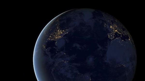 Un satélite nos muestra la Tierra durante la noche.