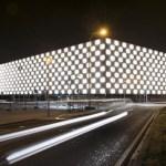 """La iluminación de la fachada del nuevo complejo """"Reyno de Navarra Arena"""" define e identifica la construcción con una textura tridimensional"""