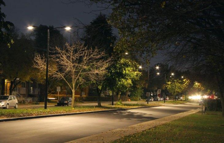 Vialidad iluminada con luminarios para alumbrado público operando lámparas Aditivos Metálicos Cerámicos (AMC). Foto Lighting Master ©.