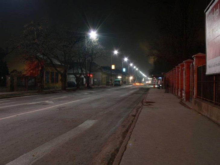 Vialidad iluminada con luminarios para alumbrado público operando lámparas de Aditivos Metálicos (AM). Foto Lighting Master ©.
