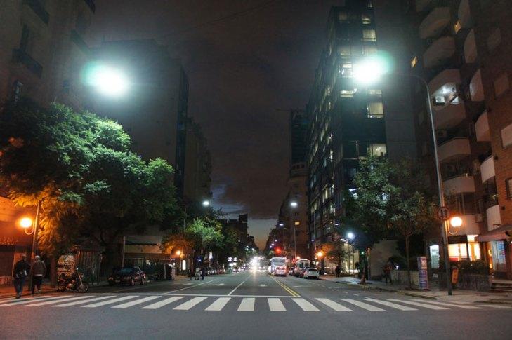 Vialidad iluminada con luminarios para alumbrado público operando módulos con Diodos Emisores de Luz (LEDs). Foto Lighting Master ©.