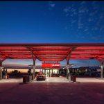 Estación CEPSA en Adanero, España. El poder de la luz crea un espacio único