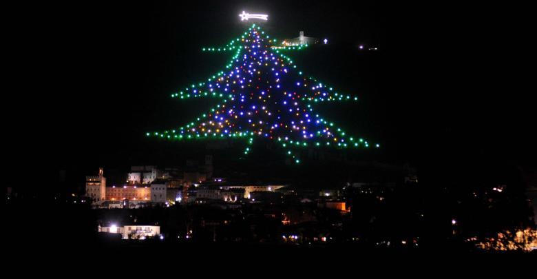 Albero Di Natale Gubbio.Gubbio Ha L Albero Di Natale Da Guinness Dei Primati Ultime