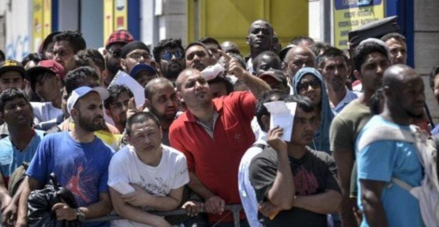 Napoli, vendevano permessi di soggiorno: sette arresti ...