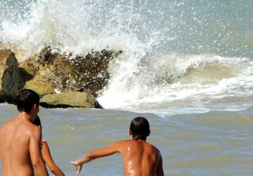 bambini in spiaggia al sole, estate caldo raggi uv