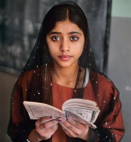 foto donna che legge, steve mccurry