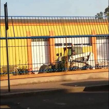 Lavori della Corbelli davanti alla scuola Deledda di Taranto - Foto Facebook Luciano Manna