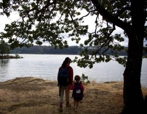 bambina con madre in natura, educazione ambientale scuole