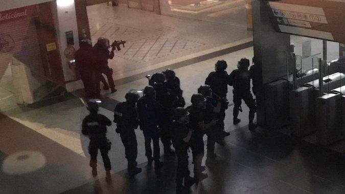 uomo armato parigi