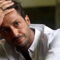 Fabrizio Corona canta l'inno alla libertà, ma la bici gli fa un piccolo scherzo