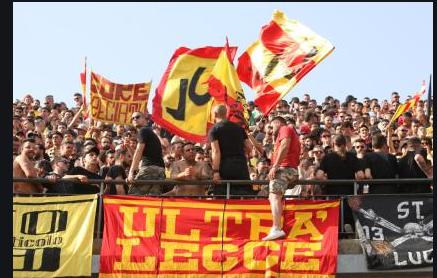 Tifosi del Lecce divisi dopo la sconfitta contro la Roma,C'e' chi applaude e chi contesta