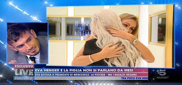 Live non e' la D'Urso: Eva henger si abbraccia sua figlia, il fidanzato non perdona e si arrabbia