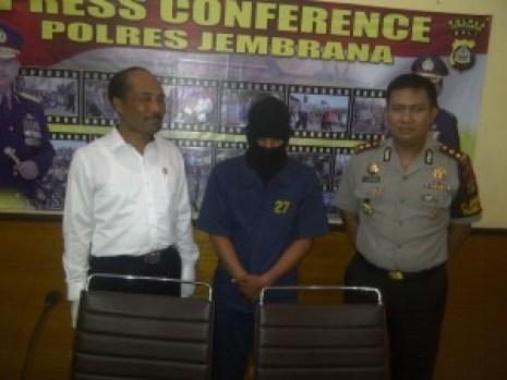 Pelaku Ilham Iskandaryah saat diamankan di Polres Jembrana.