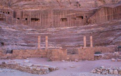 Roze amfitheater in Petra Jordanië
