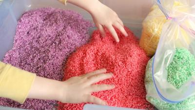 Caja sensorial arcoiris de arroz (2)