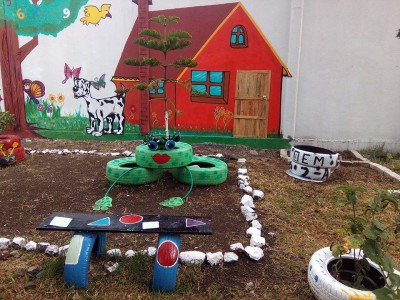 Decoramos nuestro patio con neumáticos y materiales reciclados (1)