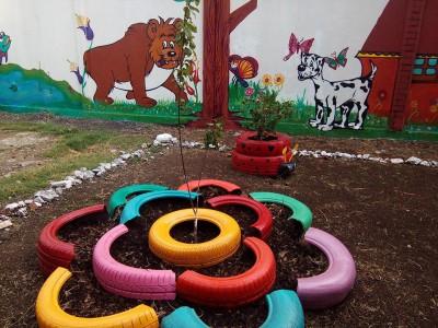 Decoramos nuestro patio con neumáticos y materiales reciclados (10)