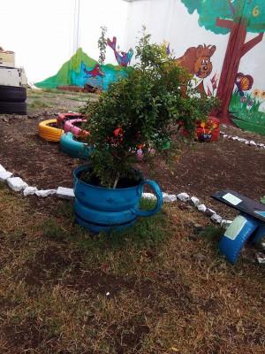 Decoramos nuestro patio con neumáticos y materiales reciclados (11)