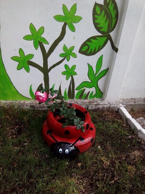 Decoramos nuestro patio con neumáticos y materiales reciclados (12)