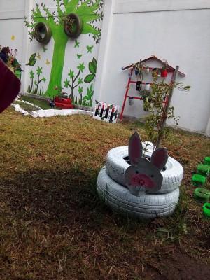 Decoramos nuestro patio con neumáticos y materiales reciclados (9)